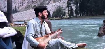 'Dhadkan' Song Sung by Pak Artist Besides A Beautiful Lake Is Not To Be Missed