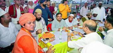 Iftaar organised in a Lucknow Temple to spread communal Harmony