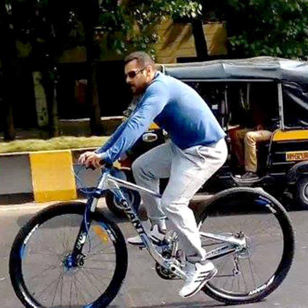 salman-khan-snapped-while-riding-his-bicycle-201601-650323