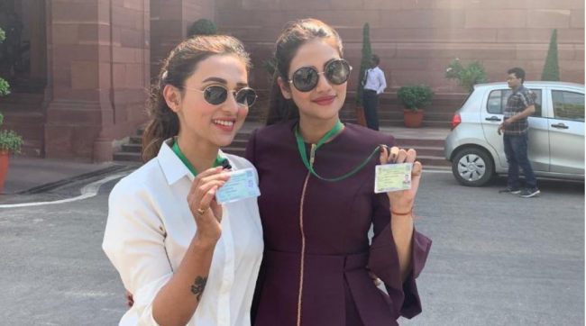 Netizens Mock New Trinamool MPs Mimi Chakraborty and Nusrat Jahan for Posing in front of Parliament