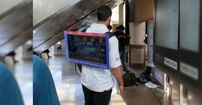 Unusual Man Carries a TV on his Back to Show Lok Sabha Election Results to Mumbai Metro Passengers