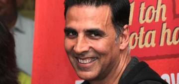 Akki Plays A Prank On Papz; Tries To Run Away; Enjoy Video