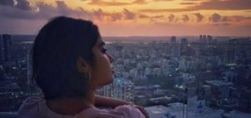 Janhvi Kapoor shares pictures of Mumbai's scenic sunset, looks breath-taking